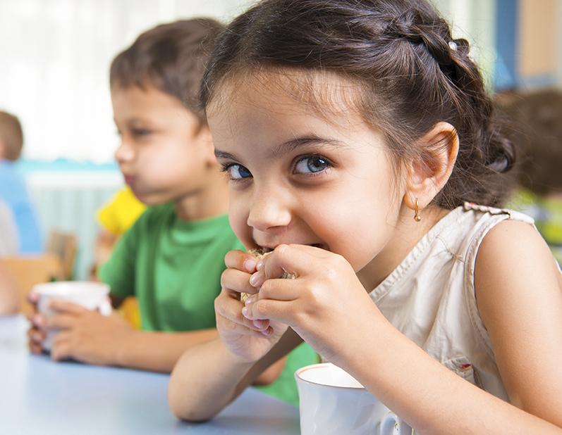 preschoolers eating snacks